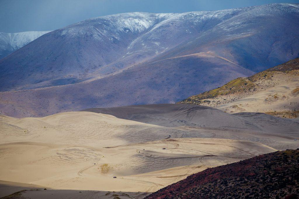 Velké duny v dálce a závoďáci jako mravenečci