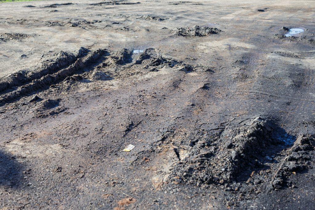 Včera tu byl krásný rovný asfalt...
